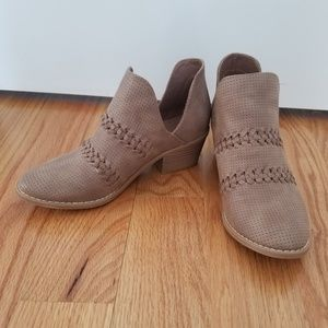 Universal Thread Shoes - NWOT Universal Thread womens size 6.5 booties